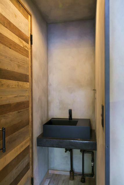 洗面台の天板は実は漆喰 水に強い漆喰で施工している コンクリートやセメントと違いひび割れなど起きない シャビークラフトではこの施工が得意 洗面台 施工 セメント