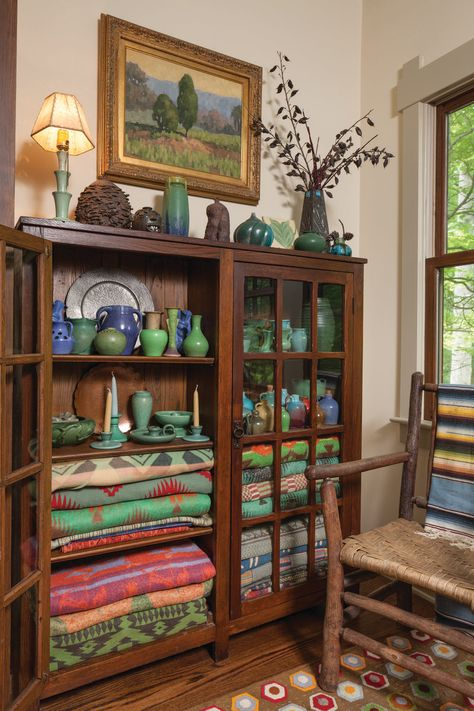 In Black Mountain, North Carolina, craftsmanship holds sway, giving a new cabin all the warmth and integrity of an old house. Bungalow, Living Room Decor, Living Spaces, Bedroom Decor, Wall Decor, Craftsman Interior, Deco Boheme, Cheap Home Decor, Home Remodeling