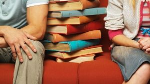 In der Studentenbude ist wenig Platz für Bücher, Bett und Schreibtisch. (Quelle: Thinkstock by Getty-Images)