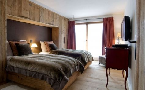 schlafzimmer gestaltung chalet massivholz kleiderschrank wand