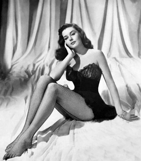 Elaine Stewart – How to Look Like a Pinup - Glamour Lifestyle Pin Up Girl Vintage, Look Vintage, Vintage Beauty, Vintage Fashion, Vintage Woman, 1950s Fashion Women, 50s Vintage, Old Hollywood Glamour, Vintage Hollywood