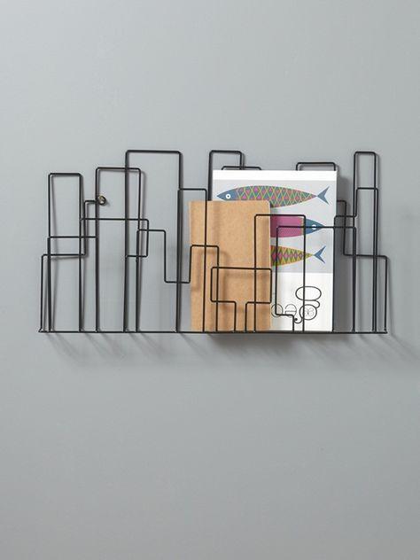 De style industriel, ce porte-revues mural est une solution de rangement facile et décorative. DétailsDim. 52 x 30 cm, profondeur 4 cm. Système d'atta