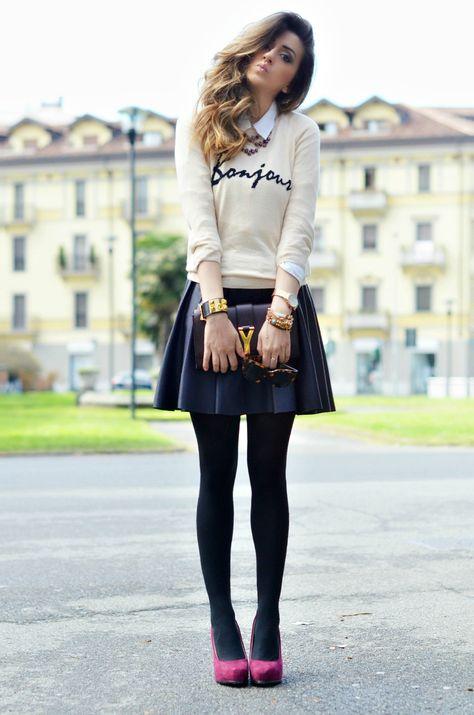 Very girly-like : ) Simple: una blusa blanca o hueso, un sweater delgadito en tonos neutros. El contraste lo marcan la mini de cuero y las pantys tupidas, ambas en negro y el toque de color, los pumps en burgundy (o vino tinto, as you wish : )
