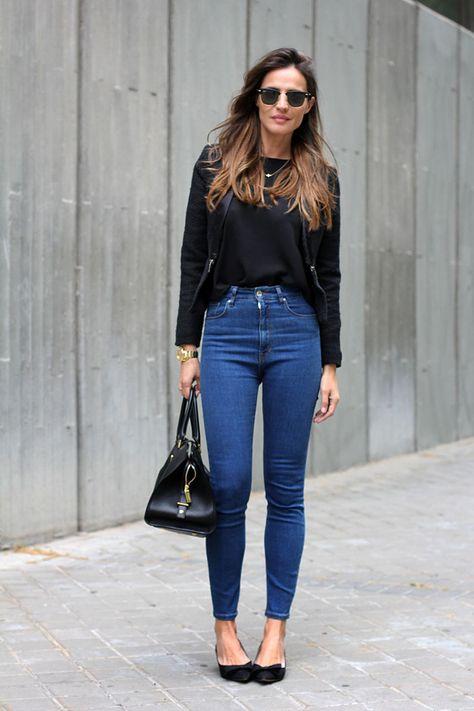 Blazer lana, remera negra, jeans tiro alto clásico, stiletos bajos negros, cartera negra.