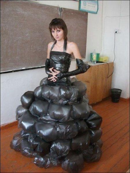 Deze jurk vond ik heel apart omdat hij van vuilniszakken is gemaakt