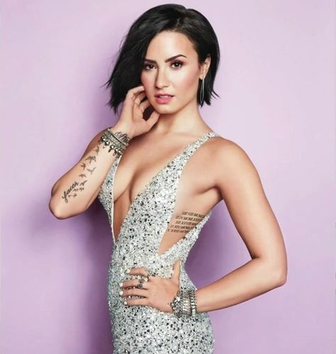 See the latest images for Demi Lovato. Listen to Demi Lovato tracks for free online and get recommendations on similar music. Demi Lovato Body, Demi Lovato Short Hair, Demi Love, Cosmopolitan Magazine, Instyle Magazine, Tips Belleza, Famous Women, Look Chic, Hair And Beauty