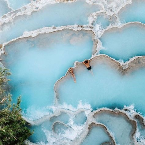 Cascade del Mulino is a natural hot spring in Saturnia, Italy 🇮🇹 The temperature is always 37 degrees celcius, and is soured from…