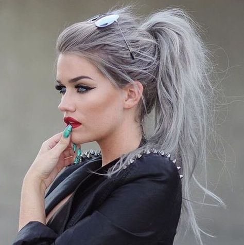 Looking for some hair color inspiration for your new hairstyle? Look at these silvery hair ideas that take the fashion world by storm. Look at these stunning ideas for silver hair! Silver hair (or. Messy Ponytail Hairstyles, Pretty Hairstyles, Gray Hairstyles, Ponytail Easy, Rihanna Hairstyles, Messy Ponytail Tutorial, Grey Hair Ponytail, Hairstyle Ideas, Hairstyles 2016