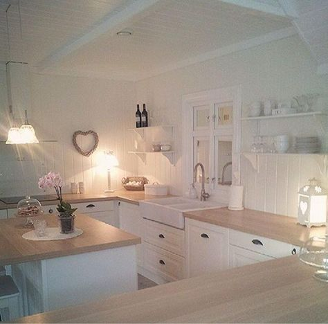 Shabby and Charme Love the counter stools in white and the calm - landhauskchen mediterrank che wandpaneel glas