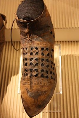 This bird shoe was found in Haarlem, and is dated ca 1300-1350.