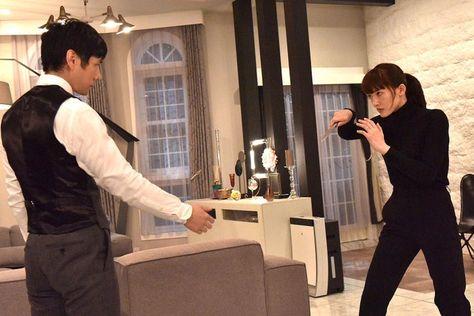 (画像2/5) 綾瀬はるかVS西島秀俊、激しいアクションで激突<奥様は、取り扱い注意>