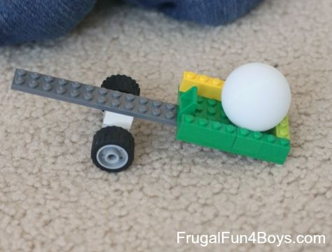 Two Ways to Build a Lego Catapult Lego Building Challenge: Build something that will launch a ping pong ball! For those of you who enjoy participating in our Lego Fun Friday building challenges, I apologize that we have not done any in a very long time! Lego Duplo, Legos, Projects For Kids, Crafts For Kids, Stem Projects, Timmy Time, Lego Challenge, Lego Club, Lego Craft