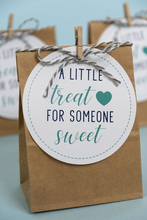 These 'A Little Treat for Someone Sweet' Gift Tags are perfect for teacher gifts and volunteer appreciation. Volunteer Appreciation Gifts, Volunteer Gifts, Gifts For Volunteers, Staff Gifts, Client Gifts, Free Printable Gift Tags, Diy Gift Tags, Free Printables, Printable Labels