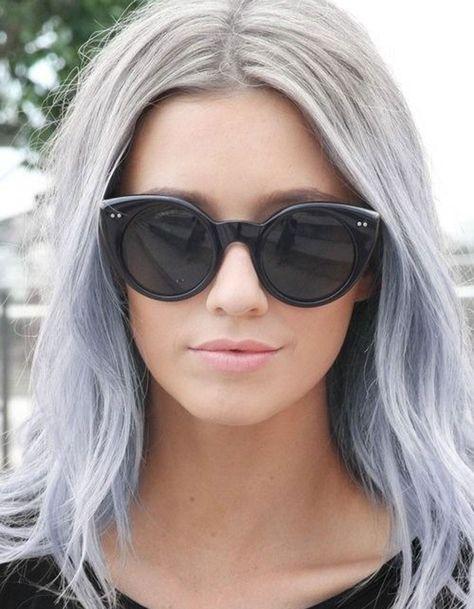 Cheveux gris aux reflets mauve