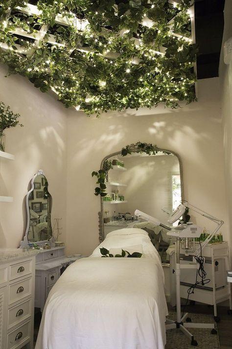 Tata Harper's spa room for facials and skin treatments at Credo in S. Massage Room Decor, Spa Room Decor, Massage Room Design, Beauty Room Salon, Beauty Room Decor, Beauty Salons, Beauty Salon Interior, Beauty Studio, Home Spa Room