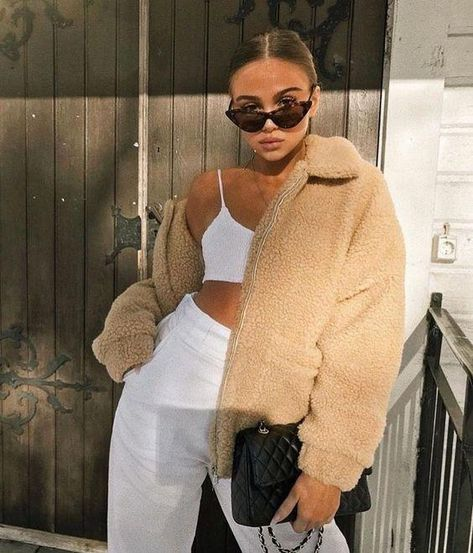 How to wear an all white outfit. Sneakers and dress street style. How to style a long dress and sneakers. How to wear all white for a day out. How to style all white jeans for a street style look. How to style a beige teddy jacket and an all white outfit.