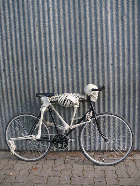 skelaton bike weird, strange and weird. From the site of the weird pics check back for more strange stuff Bicycle Art, Bicycle Design, Armadura Ninja, Kombi Trailer, Kustom, Skull Art, Custom Bikes, Cool Bikes, Luxury Sports Cars