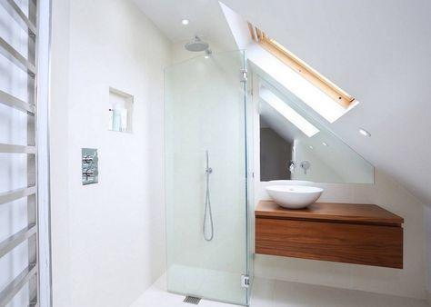 Faltbare Duschtur Aus Glas Und Holz Waschtisch Mit Rundem Aufsatzbecken Badezimmer Dachschrage Badezimmer Design Kleines Badezimmer Im Dachboden