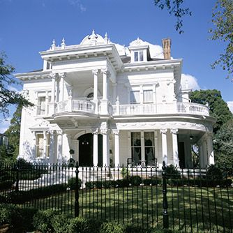 Architecture, Garden District NOLA, Wedding Cake House, 5807 St Charles Ave, Victorian colonial-revival home designed by architects Toledano and Reusch Victorian Architecture, Architecture Design, Classic Architecture, New Orleans Garden District, Fachada Colonial, New Orleans Homes, New Orleans Mansion, Antebellum Homes, Southern Plantations