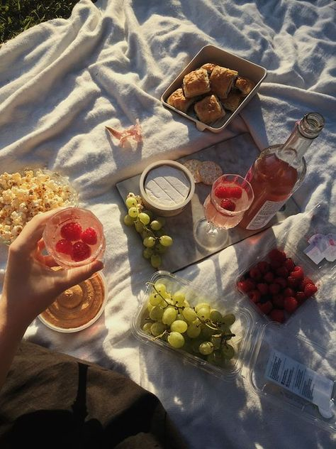 - with kasia - - Picnic Date, Summer Picnic, Cute Food, Good Food, Yummy Food, Brunch, Oui Oui, Aesthetic Food, Cravings