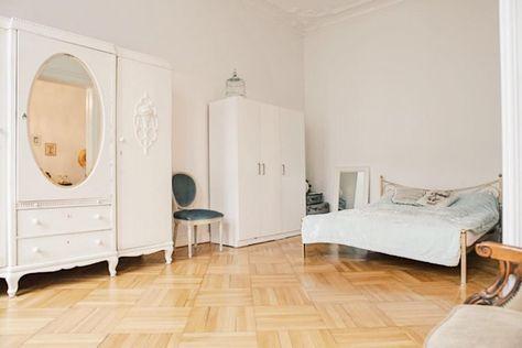 Altbau-Traum in Berlin - Wunderschönes Schlafzimmer mit edlem - minimalismus schlafzimmer in weis