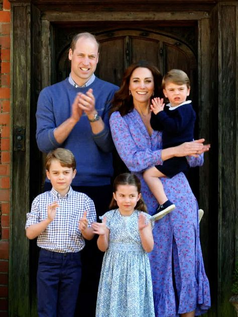 The Duke and Duchess of Cambridge with their children: Prince George, Princess Charlotte, and Prince Louis Kate Middleton Family, Estilo Kate Middleton, Kate Middleton Style, Lady Diana, William Y Kate, Prince William And Catherine, Kate Middleton Prince William, Duchess Kate, Duke And Duchess