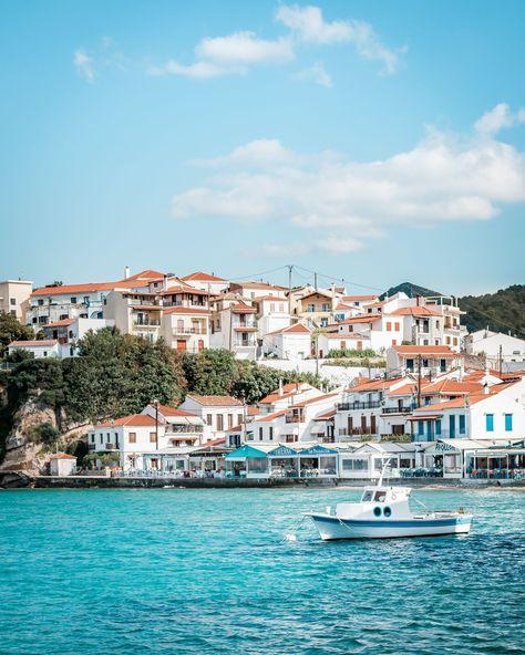 @greecemoments posted to Instagram: Wir wünschen euch allen ein entspanntes Wochenende 🌞 Und senden euch sonnige Grüße aus dem schmucken Örtchen Kokkari an der Nordküste von Samos 🇬🇷  #greecemoments #tomundella #reiseblog #griechenland #travel_greece #wu_greece #igers_greece #kings_greece #igersgreece #greecelover_gr #greecetravelgr1_ #great_captures_greece #reasonstovisitgreece #gf_greece #travelgreece #loves_greece