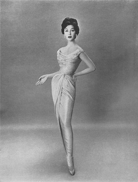 Dovima modeling a Bergdorf Goodman gown, 1954 - Photo by Richard Avedon Richard Avedon, Vintage Glamour, Vintage Beauty, 50s Glamour, Fifties Fashion, Retro Fashion, Vintage Fashion, Color Fashion, Petite Fashion