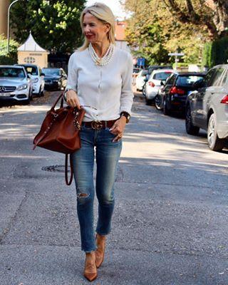 Cashmere Twinset heute mal geknotet und wie eine Bluse getragen ... Weiß, Denim und Cognac ...👜👖👩... kommt gut in die neue Woche Ihr Lieben🙋♀️ . Cashmere twinset knotted today and worn like a blouse ... white, denim and cognac ... 👜👖👩 ... happy monday 🙋♀️ . •WERBUNG DURCH FIRMENKENNZEICHNUNGEN IM TEXT OBEN UND IM BILD!• . . . @incentive_cashmere  #incentivecashmere #cashmeresweater #cashmerelovers  #effortlessstyle #streetstyleover50 #fashionistas #destroyedjeans #guccibelt #blondewome