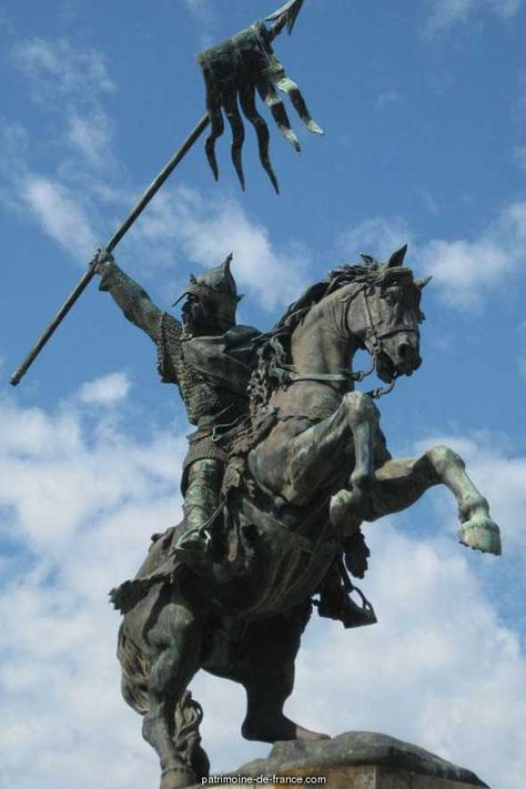 Guillaume le Conquérant, Une statue équestre, en bronze, de Guillaume-le-Conquérant a été inauguré à Falaise, le dimanche 26 octobre 1851. Cette statue, oeuvre de M. Louis Rochet, habile statuaire à Paris, a été élevée par souscription à la mémoire du héros qui fut à la fois le conquérant et le législateur de l'Angleterre.  http://patrimoine-de-france.com/calvados/falaise/statue-de-guillaume-le-conquerant-99.php