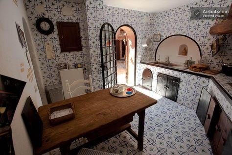 La cucina in muratura rivestita con ceramiche di Vietri ...