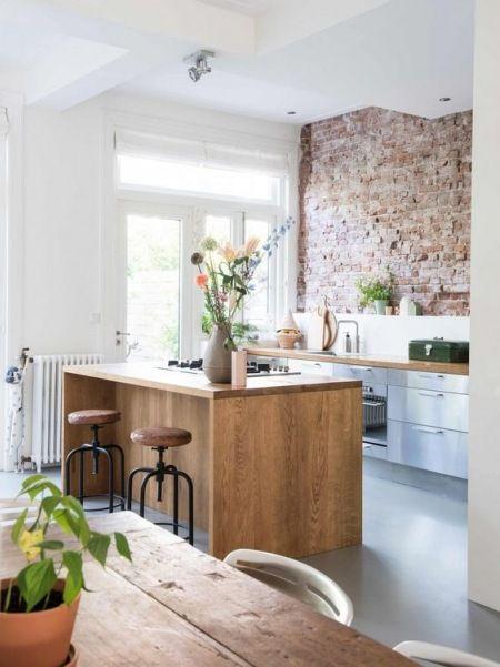 W Aranzacji Kuchni Z Wyspa I Jadalni Dominuja Drewno Oraz Czerwone Cegly We Wnetrzu Mozna Nabrac Dodatkoweg Kitchen Design Kitchen Interior Home Decor Kitchen