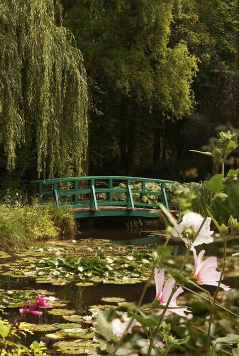 jardins Claude Monet Giverny - I am such a fan of his work - can't believe I have not been here yet Claude Monet Giverny, Monet Garden Giverny, Culture Art, Nature Aesthetic, Manet, Parcs, Water Lilies, Aesthetic Pictures, Beautiful Gardens