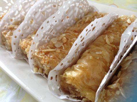 Ingrédients: 1 paquet de Pâte filo 200 g d'amande hachées un bol de beurre fondu miel fleur d'oranger Amandes effilées Préparation: Couvrir les feuilles de pâte filo avec un chiffon humide pour les empêcher de sécher. Prenez une feuille , beurrez la...