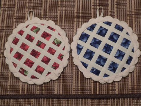 adorable quilted pot holders - look just like pies!