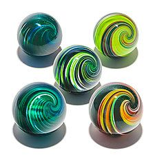 Set Of Five Onion Skin Marbles By Michael Trimpol And Monique Lajeunesse Art Glass Paperweight Glass Paperweights Glass Art Blown Glass Art