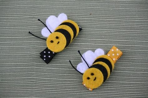 Items similar to Buzzy Bee Clippie, one Bumble Bee Themed Barrette, Yellow and Black Hair Clip on Etsy Bee hair clips for little girls - adorable! Could these BEE any cuter? how easy and cute can you bee? Shop for bee on Etsy, the place to express your cr Ribbon Art, Ribbon Crafts, Ribbon Bows, Felt Crafts, Ribbon Flower, Hair Ribbons, Diy Hair Bows, Diy Bow, Felt Hair Clips