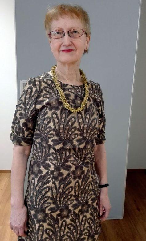 Liisa Puhka itse tekemässään mekossa