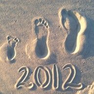 http://laughingidiot.com/cute-baby-9.html  family beach footprints with the year.  great way to remember a vacation. photography #baby #funny #laughter