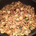 Funghi trifolati piccantini in padella #funghitrifolati #italiansidedish #mushrooms #spicysidedish