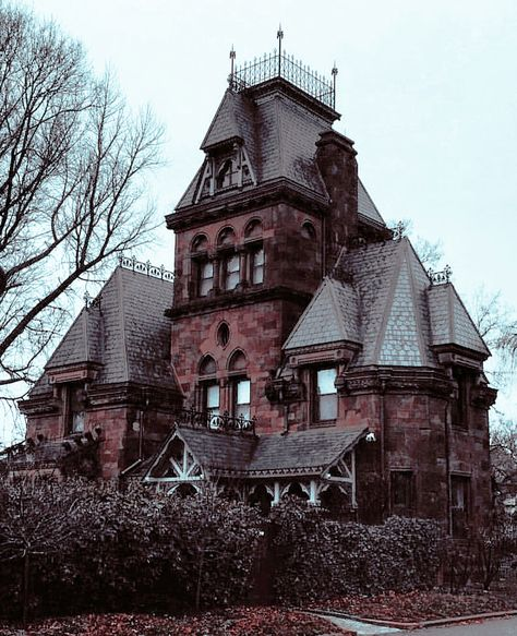 enchanting and spooky looking house Abandoned Mansions, Abandoned Houses, Old Houses, Mansions Homes, Gothic Mansion, Gothic House, Gothic Castle, Beautiful Buildings, Beautiful Homes
