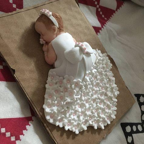 "baby girl theme ""Baptism"" in fimo. - - baby girl theme ""Baptism"" in fimo. Tanja Babymotiv Taufe in Fimo. Idee Baby Shower, Baby Shower Cakes, Baby Girl Themes, Baby Cakes Girls, Cake For Baby Girl, Baby Girl Birthday Cake, Teen Birthday, Baby Motiv, Fondant Baby"