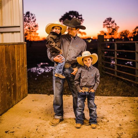 Gorgeous barns in your feed. Country Couple Pictures, Cute Country Couples, Cute Country Boys, Cute Couples, Western Family Photos, Western Baby Pictures, Country Babies, Country Life, Cowboy Family Pictures