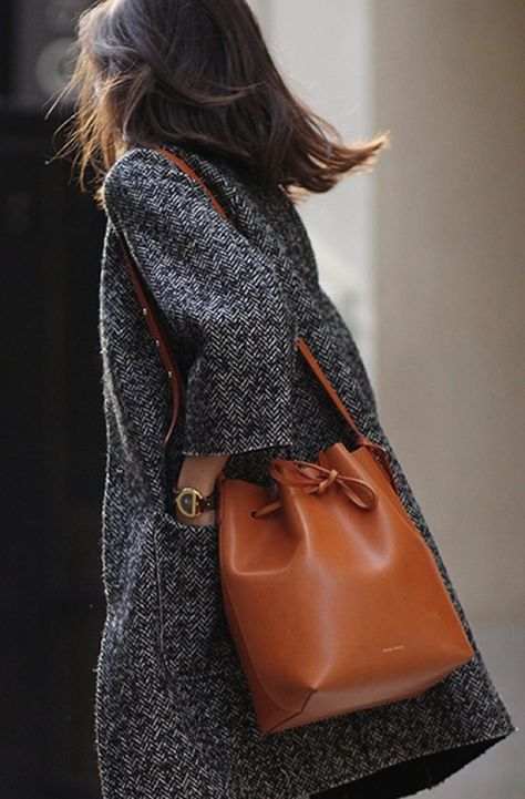 Sac seau camel en cuir pour le travail : où trouver >> http://www.taaora.fr/blog/post/sac-seau-marron-camel-en-cuir-avec-bandouliere-pour-le-travail