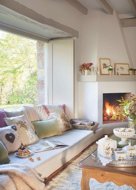 De ventana a mirador con un sofá bajo  Disfrutar del paisaje y llenar de luz el salón fue el principal objetivo de esta reforma que convirti...