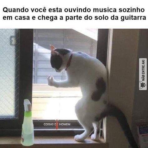 Quando você esta ouvindo musica sozinho em casa…