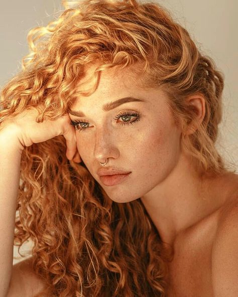32 hair styling suggestions for curly red hair What do you say we take a look at our special hairstyle suggestions? Everyone is fascinated by natural red hair, and when you add . Natural Red Hair, Strawberry Blonde Hair, Redhead Girl, Beautiful Redhead, Beautiful Red Hair, Beautiful Women, Pretty People, Redheads, Hair Inspiration