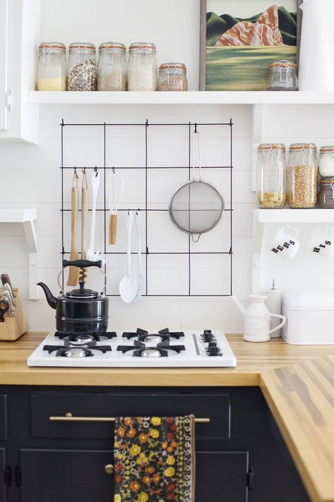 I like the rack she's hung behind her stove top - practical and attractive.