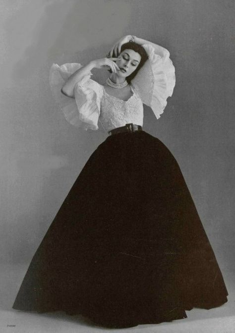 Anne Gunning in evening ensemble by Jacques Fath, photo by Philippe Pottier, 1951 Jacques Fath, 1950s Style, Style Retro, Vintage Beauty, Vintage Glamour, Vintage Outfits, Vintage Dresses, Vintage Clothing, Victorian Dresses