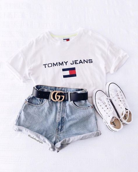 Kurze Mom Jeans und All Star Branco Kurze Mom Jeans, Camiseta Tommy Jeans und alle Star Branco. Kurze Mom Jeans und All Star BrancoKurze Mom Jeans und All Star BrancoMom Jeans und Converse All Star Jeans.